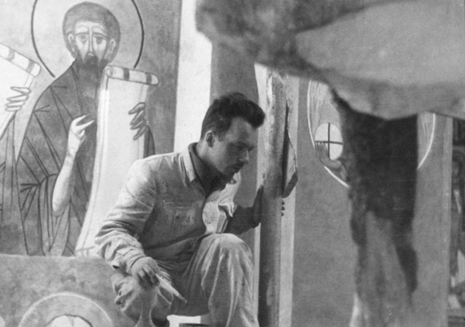 Podczas pracy przy polichromiach w Gródku, ok.1954